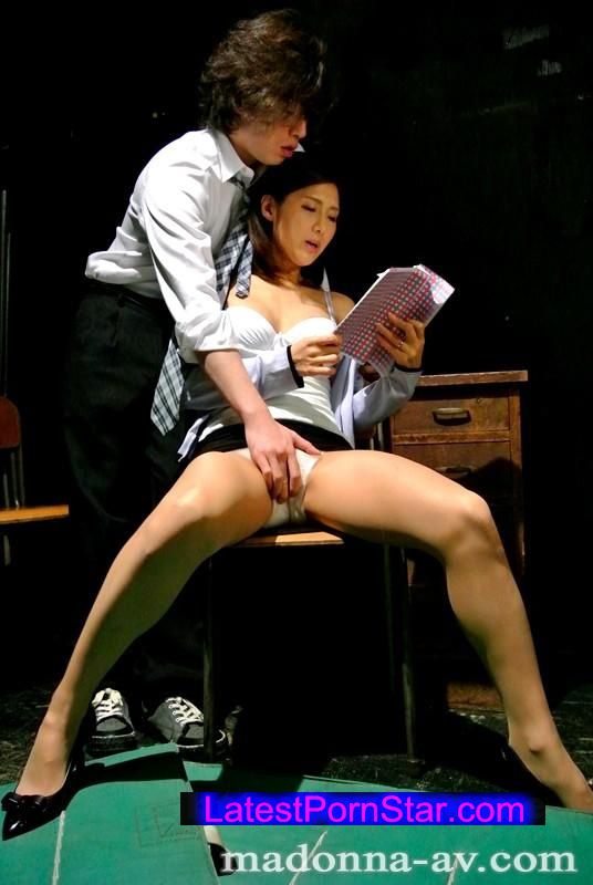 [JUX-539] Madonna専属女優が卑猥に語らう 人妻女教師 恥じらい淫語 5時限目は生徒たちの前で… 原ちとせ