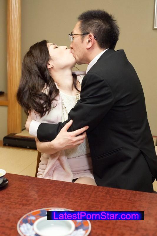 [SHE-180] 四十路ギリギリ!お見合い熟女 結婚したいからご奉仕しまくり年増潮乱れ吹き!
