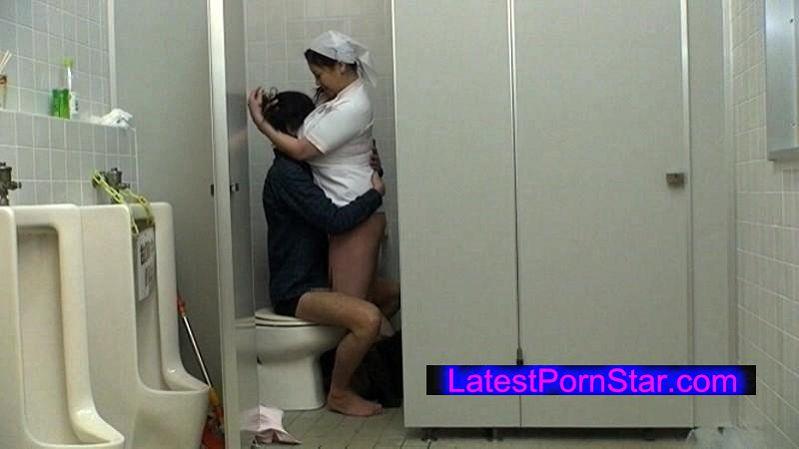 [UGSS-056] 公衆トイレで、若者のチ●ポを品定めするお掃除おばちゃんに狙われちゃったボク