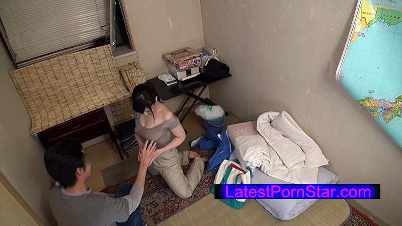 [SCOP-307] 童貞の僕が一人暮らしの部屋に清掃業者を呼んだら、まさかの巨乳女。熱心にカラダを動かし、仕事をしている彼女は汗びっしょり。汗染みで胸の形が更に強調されたTシャツには乳首のプレゼントまで。 2