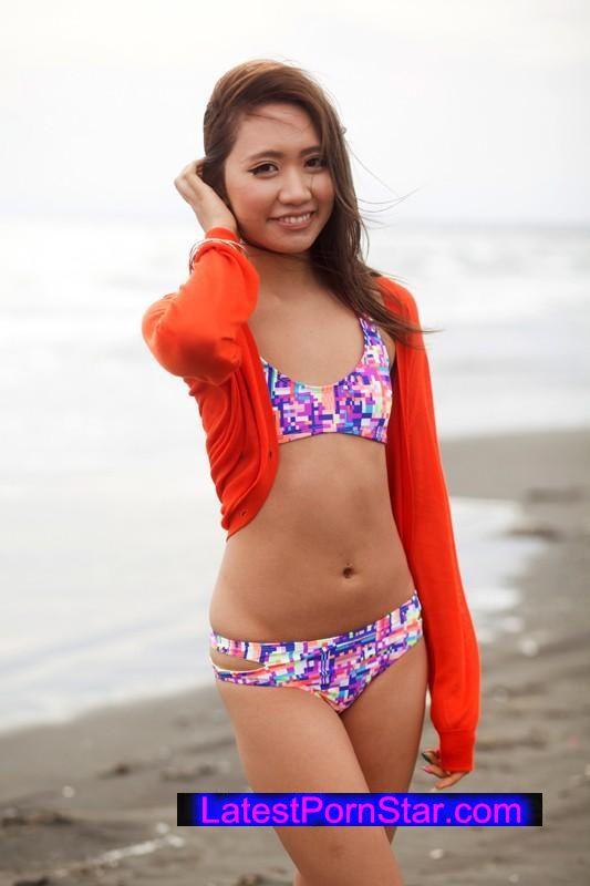[SHE-221] ビキニギャルを捕まえろ!真夏の海岸ナンパ!乳首がチラリ…水着泣かせな貧乳GET!