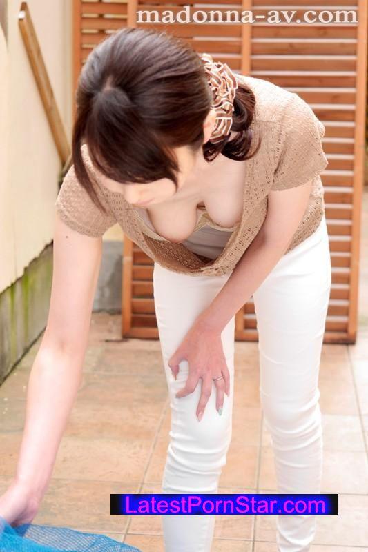 [JUX-705] 毎朝ゴミ出し場ですれ違う浮きブラ奥さん 臼井さと美