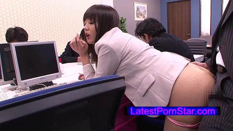 [UMSO-015] 白昼のオフィスをタイトスカートで歩きまわり男性社員を誘惑する女に媚薬をたっぷり塗ったチ●ポで即ハメしたらアヘ顔で痙攣しながらイキまくった