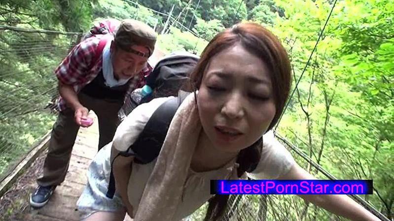 [MOND-063] 先週末お隣りのご夫婦に誘われハイキング旅行に同行したのだが清々しい空気の自然に囲まれるなか急勾配の山道を登る隣人奥様のぱつぱつに食い込んだパン線浮きまくりのパンツルックのぷりけつをガン見しながら追っていたら申し訳ないと思いつつも… 高嶋碧