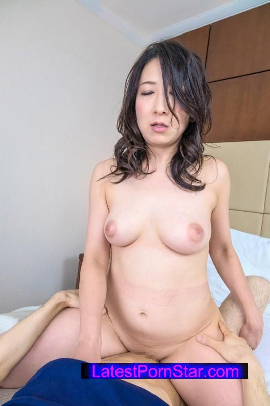 [SHE-239] 勇気あるおばさん オトコ大好き!グイグイ熟女が未来ある若者を超強引GET!!2