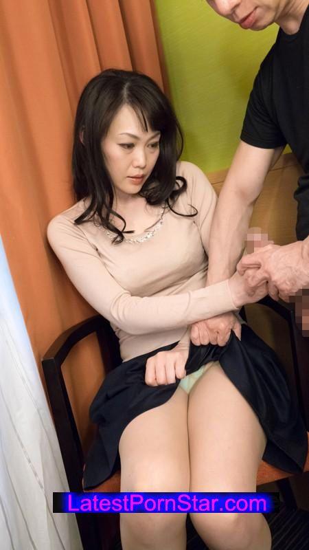 [SHE-242] 熟女が恥らうセンズリ鑑賞 10
