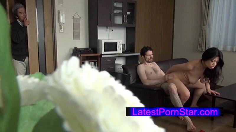 [GENB-002] イケメン不良外国人がホームステイ先で母娘を寝取り旦那の隙を見て膣中出し!