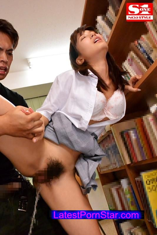 [SNIS-564] 図書館で声も出せない状況で媚薬を仕込まれガクガク痙攣しビシャビシャとハメ潮を吹きながらイキまくる敏感女子校生 小島みなみ