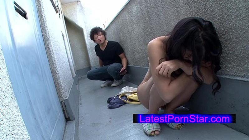 [HUNTA-106] 今日玄関の前で素っ裸の女性を拾いました。バイトから帰って来たらマンションの廊下に裸の女性が! しかも巨乳!どうやら隣のイケメンに閉め出されたらしく偶然、通りかかった僕に助けを求めて来た。女の必死さに押されしばらく家に入れてあげる事に。