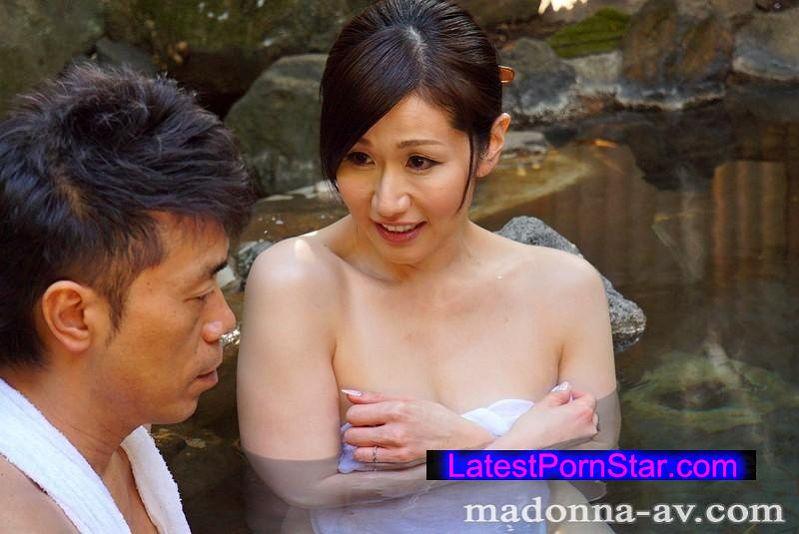 [JUX-843] 一泊二日の温泉旅行中、熟れたカラダと甘い視線で夫を誘惑し続ける人妻 白石すみれ