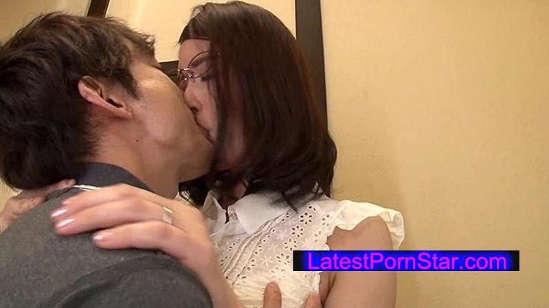 [VENU-599] 父が出かけて2秒でセックスする母と息子 柳美和子