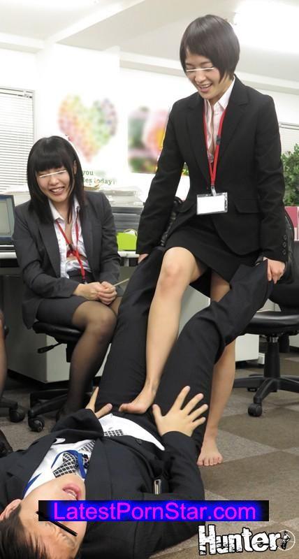 [HUNTA-150] 先輩OLに囲まれて残業中のオフィスに男はボク1人だけの王様ゲーム!2 やっとの思いで就職!できたけど…会社に男は僕1人だけ!なので当然、居場所も権力もありません…。しかしある日の残業中、女子社員が始めた「王様ゲーム」に僕も…