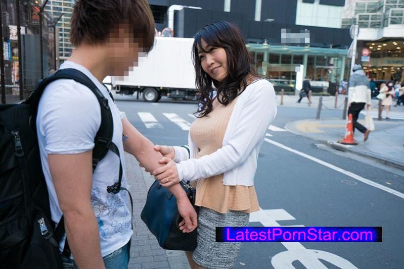 [SHE-320] 勇気あるおばさん オトコ大好き!グイグイ熟女が未来ある若者を超強引GET!!4