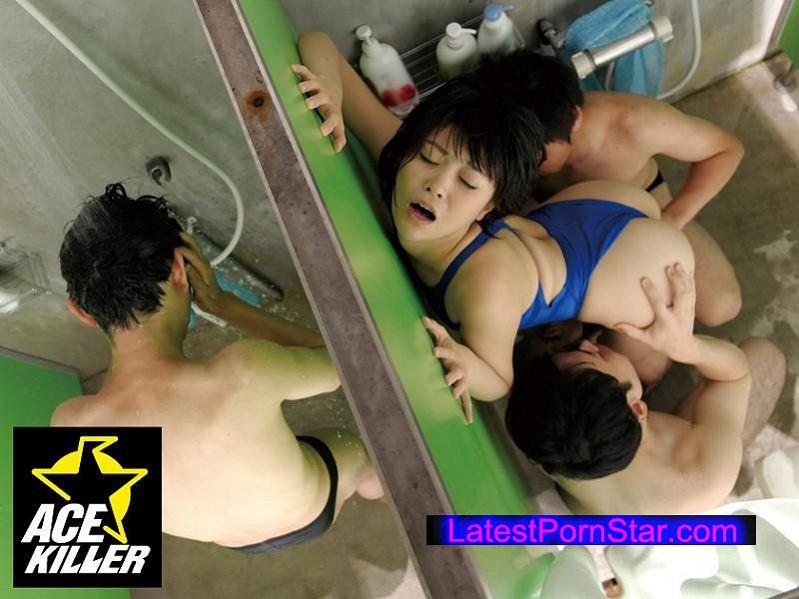 [KIL-115] 競泳水着インストラクターが痴漢されているにも関わらず身体をピクピク痙攣させてマ◎コを掻きむしり出したので…