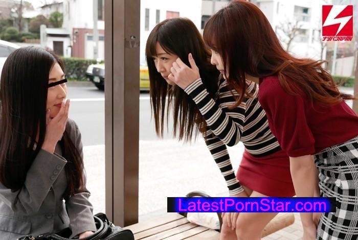 [NNPJ-171] そこのキリッとしたキャリアウーマンっぽいお姉さん!女子大生の進路相談に乗ってあげてください!見た目は清純ロリの2人が急にドSの本性をあらわし、お姉さんにレズプレイの気持ちよさを教えてあげちゃいました!
