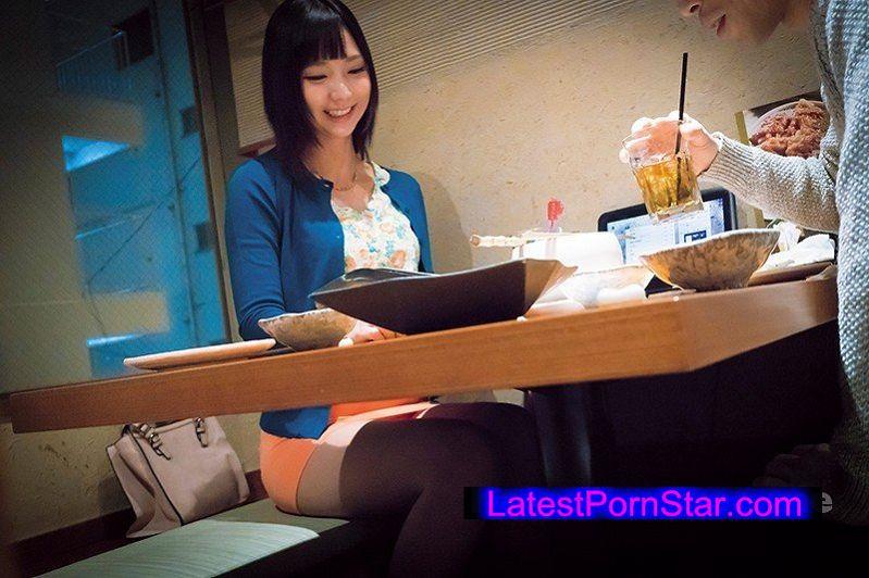[SHE-432] 居酒屋デート中カップルの彼氏の隙を狙って彼女をナンパ!押しに弱い素人娘横取り酒場