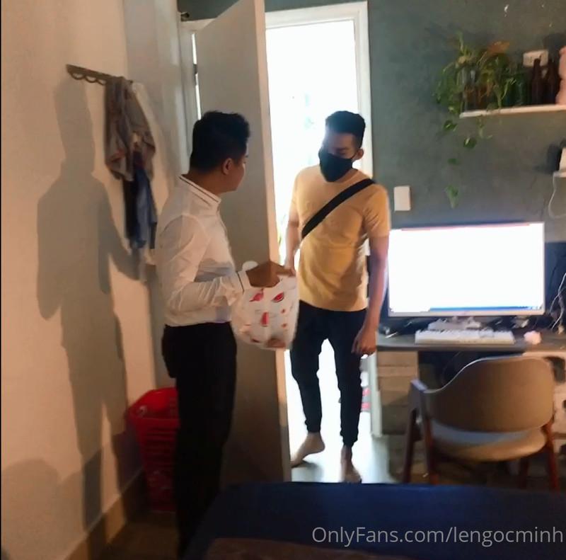 Lê Ngọc Minh và em trai giao hàng